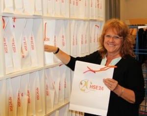 1. Vorsitzende Renate Haidinger mit unseren Giveaway Bags von unserem Hauptsponsor HSE24