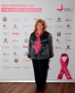 Renate Haidinger, Gründerin und 1. Vorsitzende von Brustkrebs Deutschland e.V. vor unserer Sponsorenwand