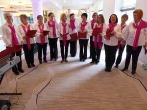 Auftritt des Chores Pink Voices; dieses Projekt ist eine Initiative des Vereins brustkrebs-muenchen e.V