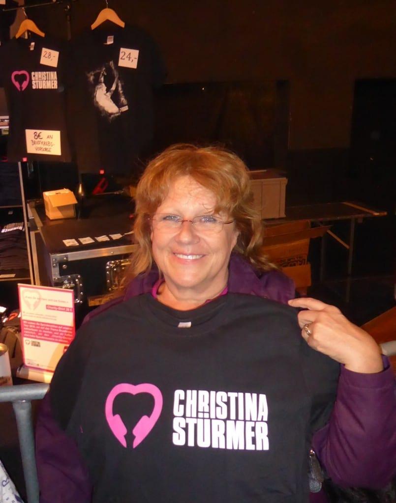 """Renate Haidinger (Gründerin und 1. Vorsitzende von Brustkrebs Deutschland e.V.) mit dem T-Shirt zur Aktion """"Fass Dir ein Herz und tue Gutes"""" von unserer Botschafterin Christina Stürmer"""