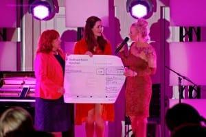 """Ein weiteres Highlight war die Scheckübergabe durch Estee Lauder Repräsentantin Natalie Schmid. Mit der Aktion """"Bewußtsein für Brustkrebs 2015"""" konnten 30.000 € für unseren Verein gesammelt werden."""