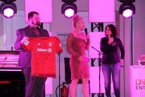 Versteigerung von signierten Fußball Frauen- und Herrentrikot
