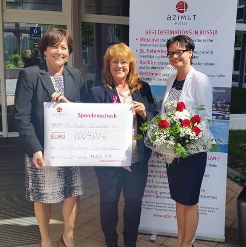 Von links: Michaela Fricke, Geschäftsführerin AZIMUT Hotels Europa, Renate Haidinger, 1. Vorsitzende Brustkrebs Deutschland e.V., Tanja Loerch, Resident Manager AZIMUT Hotel Munich